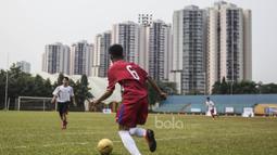 Pada laga eksebisi kedua tim bermain 11 lawan 11 yang dibagi menjadi tim Merah dan Putih. (Bola.com/Vitalis Yogi Trisna)