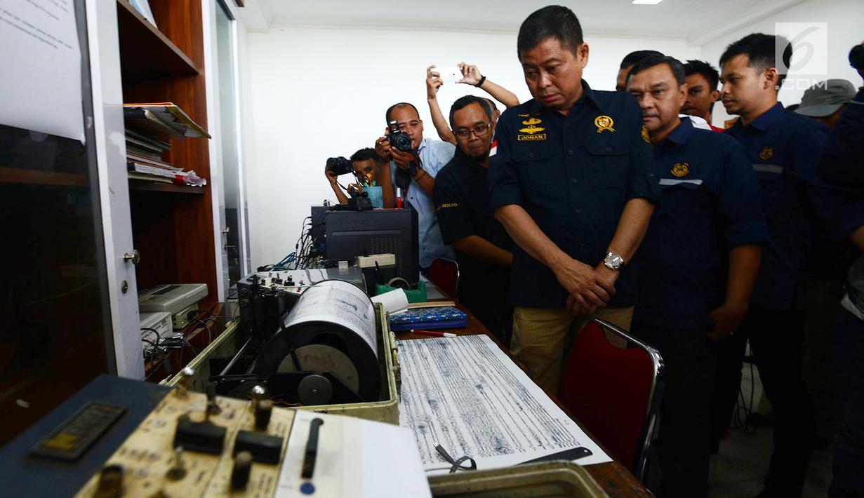 Menteri ESDM Ignasius Jonan memantau aktivitas Gunung Anak Krakatau dari Pos Pantau di Serang, Banten, Jumat (28/12). Jarak pos pantau dengan Gunung Anak Krakatau sekitar 42 Km. (Merdeka.com/Imam Buhori)