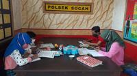 Sejumlah siswa belajar daring di Kantor Polsek Socah, Polres Bangkalan.