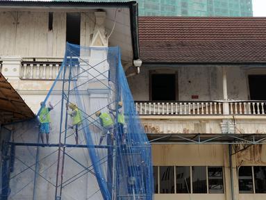 Beberapa pekerja melakukan tahapan renovasi bangunan eks rumah Raden Saleh di kawasan Cikini, Jakarta, Selasa (26/4/2016). Bangunan ini merupakan satu dari dua karya arsitektur pelopor seni modern Indonesia, Raden Saleh. (Liputan6.com/Helmi Fithriansyah)