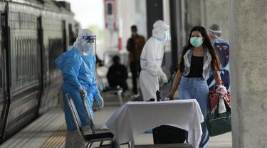 FOTO: Kewalahan, Thailand Kirim Pasien COVID-19 dari Bangkok ke Kota Asal