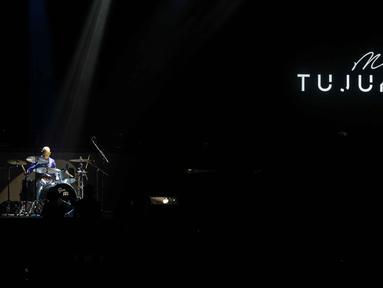 "Penampilan Marcell saat bermain drum dalam konser "" Marcell Tujuh Belas"" di Balai Sarbini, Jakarta, Jumat (18/10/2019).  Marcell merupakan seorang penabuh drum sebelum menjadi penyanyi solo. (Liputan6.com/Faizal Fanani)"