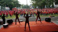 Sejumlah pekerja tampak mengikuti kegiatan senam bersama untuk mempringaty May Day 2019 di Balai Kota Solo, Rabu (1/5).(Liputan6.com/Fajar Abrori)