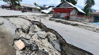 Jalanan rusak usai gempa dan tsunami melanda Kabupaten Sigi, Sulawesi Tengah, Kamis (4/10). Empat kecamatan terisolir yang dimaksud BNPB yaitu Lindu, Kolawi, Kolawi Selatan dan Titikor. (ADEK BERRY/AFP)