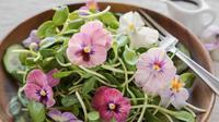 Ingin tahu bagaimana cara membuat crepes dengan topping edible flower yang cantik dan lezat.  (Foto: Istockphoto)
