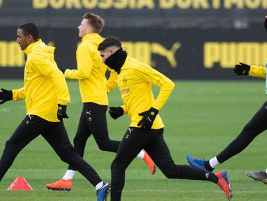 Para pemain Dortmund melakukan pemanasan saat sesi latihan di Dortmund, Jerman barat (4/3). Dortmund akan bertanding melawan Tottenham Hotspur pada leg kedua babak 16 besar Liga Champions di Signal Iduna Park. (AFP Photo/Bernd Thissen)