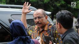 Mantan anggota DPR  Djamal Aziz Attamimi memberi keterangan usai bertemu penyidik KPK, Jakarta, Senin (16/4). Djamal rencananya akan diperiksa sebagai saksi tersangka anggota DPR Markus Nari. (Merdeka.com/Dwi Narwoko)