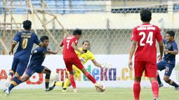 Pemain Persik Kediri, Yusuf Meilana Fuad Burhani (tengah) menendang bola ke gawang Persela Lamongan yang membuahkan gol dalam laga Grup C Piala Menpora 2021 di Stadion Si Jalak Harupat, Bandung, Rabu (7/4/2021). (Bola.com/Ikhwan Yanuar)