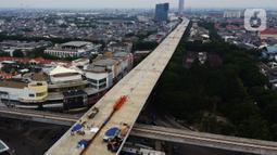 Pembangunan Jalan Tol Layang Dalam Kota di Kelapa Gading, Jakarta, Kamis (15/10/2020). Konstruksi jalan layang sepanjang  69,77 km tersebut akan terintegrasi dengan transportasi umum Bus Rapid Transit (BRT) diharapkan dapat membantu mengurai kemacetan di dalam kota. (merdeka.com/Imam Buhori)