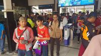 Suporter Timnas Indonesia U-23 mulai memadati Stasiun Bekasi jelang pertandingan melawan China Taipei pada Minggu (12/8/2018) malam WIB. (Bola.com/Zulfirdaus Harahap)