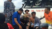 Tim SAR gabungan berhasil mengevakuasi salah satu korban tenggelam KM Marina Baru B2 di perairan antara Kolaka-Siwa. (Liputan6.com/Eka Hakim)