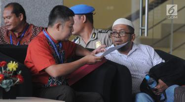 Mantan anggota DPRD Sumut, Ferry Suando Tanuray Kaban menunggu akan menjalani pemeriksaan oleh penyidik di gedung KPK, Jakarta, Jumat (11/1). Ferry menyerahkan diri di Polsek Gading Serpong, Tangerang Selatan. (Merdeka.com/Dwi Narwoko)