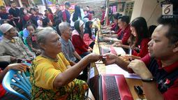 Warga registrasi untuk mendapatkan paket sembako di Rawa Badak Selatan, Jakarta Utara, Kamis (13/6). Paket sembako dibagikan bagi masyarakat kurang mampu di hari terakhir bulan Ramadan. (Liputan6.com/HO/Rizki)