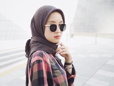 Gita kerap mengenakan warna hijab yang netral dan cocok dipadukan dengan beragam jenis baju. Selain itu, kacamata juga menjadi fashion item yang sering dipakai Gita di foto-fotonya. (Liputan6.com/IG/@gitasav)
