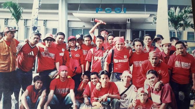 Suporter PSM Makassar saat memberikan dukungan kepada tim kesayangan menghadapi PSMS Medan di laga final era perserikatan 1992 yang digelar di Stadion Utama Senayan. (Bola.com/Abdi Satria)