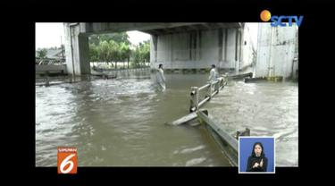 Kali Ledug meluap, Jalan Gatot Subroto, Tangerang, teredam banjir sehingga tak bisa dilewati kendaraan.