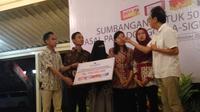 Direktur Berlico Farma, anak perusahaan Sido Muncul, Irwan Hidayat, terlihat memberikan bantuan kepada mahasiswa asal Sulawesi Tengah di Bangsa Wiyatapraja, Kompleks Kepatihan DIY, Selasa (23/10/2018) malam.