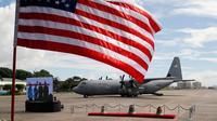 Bendera Amerika Serikat (AS) berkibar saat pengembalian lonceng Balangiga dari pemerintah AS ke Filipina di Pasay, Manila, Selasa (11/12). Lonceng Balangiga dihormati oleh orang Filipina sebagai simbol kebanggaan nasional. (AP Photo/Bullit Marquez)