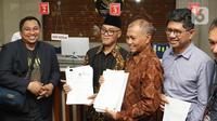 Pimpinan KPK periode 2015–2019, Agus Rahardjo (kedua kanan) dan Laode M Syarif bersama Koalisi Masyarakat Sipil Antikorupsi usai mendaftarkan pengajuan judicial review UU Nomor 19 Tahun 2019 tentang KPK di Gedung Mahkamah Konstitusi, Jakarta, Rabu (20/11/2019). (Liputan6.com/Helmi Fithriansyah)