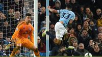 Aksi penyerang Man City Gabriel Jesus melepas tembakan S pada laga lanjutan Premier League yang berlangsung di Stadion Etihad, Manchester, Kamis (4/4). Manchester City menang 2-0 atas Cardiff City. (AFP/Oli Scarff)