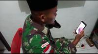 Praka Saiful Zuhri, prajurit Kostrad yang bertugas di Perbatasan RI-PNG mengazani kelahiran putrinya via video call. (Dokumen Puspen TNI)