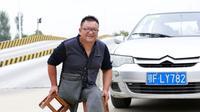Seorang pria asal Tiongkok mampu mengajarkan orang lain untuk mengemudi, padahal dirinya difabel.