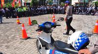 Polres Semarang menggelar Millenial Road Safety Festival (MRSF) 2019 di Halaman SMK 1 Bawen, Semarang, Jumat (1/2). Kegiatan ini bentuk kepedulian kepolisian pada kaum millennial yang berusia 17-35 tahun dalam tertib berlalu lintas. (Liputan6.com/Gholib)