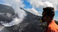 Petugas Basarnas meninjau gunung Tangkuban Perahu sehari setelah erupsi di Subang, Kabupaten Bandung Barat, Jawa Barat (27/7/2019). PVMBG menyatakan berdasarkan analisis, Gunung Tangkuban Parahu masih berpotensi erupsi dengan masih terekamnya tremor berkelanjutan. (AFP Photo/Timur Matahari)