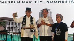 Dirut IPC Evlyn G Masassya (kiri) bersama Komisaris Utama IPC Tumpak Pangabean (tengah) menerima artefak dari Masyarakat Pecinta Kebudayaan Budiati saat soft launching Museum Maritim Indonesia di Jakarta, Jumat (7/12). (Lipiutan6.com/JohanTallo)