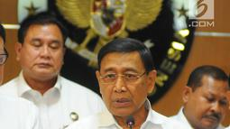 Menkopolhukam Wiranto memberi keterangan kepada awak media usai rapat koordinasi tentang keamanan pasca-pemilu 2019 di Jakarta, Rabu (24/4). Dalam rapat tersebut Wiranto menjelaskan sejumlah isu seperti hoaks dan tuduhan yang berakibat pada delegitimasi KPU. (Liputan6.com/Angga Yuniar)