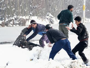 Warga Kashmir, India Bermain Salju