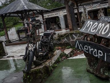 Sebuah bangkai motor yang terkena erupsi Gunung Merapi tahun 2010 di Galeri Sarsuadji, Sleman, Jawa Tengah, Minggu (26/11). Letusan dahsyat erupsi Gunung Merapi pada 2010 silam menewaskan sekitar 353 warga sekitar lereng. (Liputan6.com/Faizal Fanani)