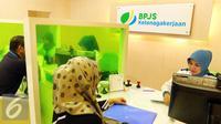 Petugas melayani warga pengguna BPJS di di Kantor Cabang BPJS Ketenagakerjaan Salemba, Jakarta, Rabu (04/5). BPJS menargetkan 22 juta tenaga kerja dalam kepesertaan BPJS Ketenagakerjaan.(Liputan6.com/Fery Pradolo)