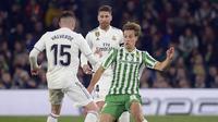 Hadangan pemain Real Betis, Sergio Canales pada laga lanjutan La Liga Spanyol yang berlangsung di stadion Benito Villamarin, Senin (14/1). Real Madrid menang 2-1 atas Real Betis. (AFP/Cristina Quicler)