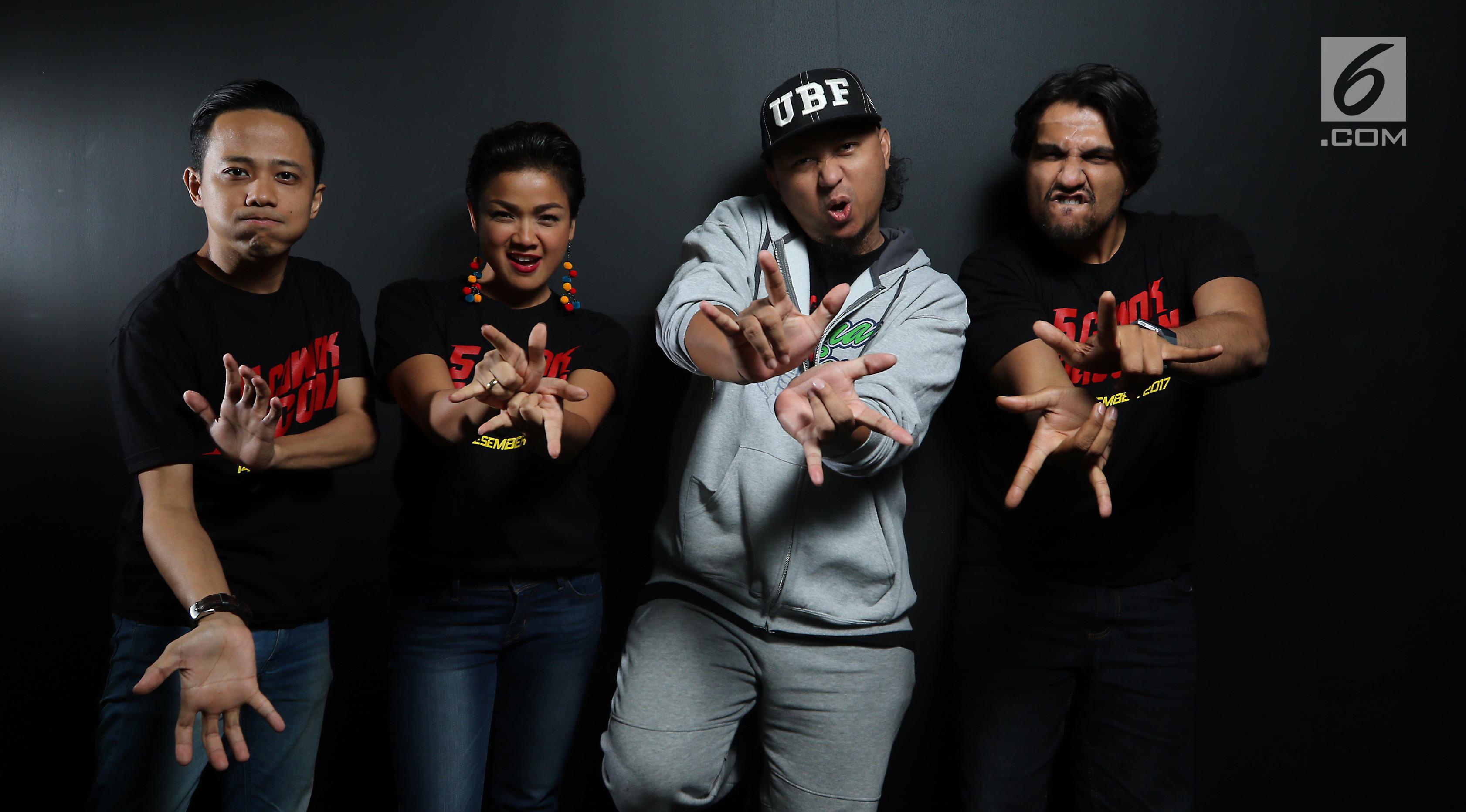Pemain dan sutradara film 5 Cowok Jagoan, Muhadkly Acho, Nirina Zubir, Anggy Umbara (kedua kanan) dan Cornelio Sunny. (Liputan6.com/Fatkhur Rozaq)