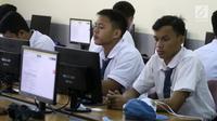 Pelajar mengikuti Ujian Nasional Berbasis Komputer (UNBK) di SMK Negeri 1, Jakarta, Senin (2/4). Data Dinas Pendidikan DKI, secara keseluruhan jumlah yang menggelar UNBK terdiri dari 5.784 sekolah dan diikuti 443.768 peserta. (Liputan6.com/Arya Manggala)