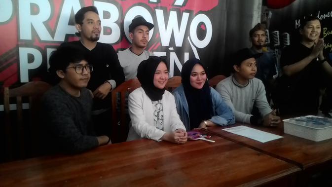 Penyanyi Nissa Sibyan dalam konferensi pers di depan media di Garut (Liputan6.com/Jayadi Supriadin)
