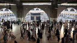 Ribuan umat muslim melaksanakan umrah selama bulan suci Ramadan di Masjidil Haram, Makkah, Arab Saudi pada Minggu (26/5/2019). Ramadan adalah bulan istimewa bagi umat Islam, banyak orang berlomba–lomba melakukan amalan ibadah sebanyak–sebanyaknya salah satunya  umrah. (REUTERS/Waleed Ali)