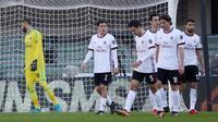 Kiper AC Milan, Gianluigi Donnarumma kecewa gawangnya kebobolan saat melawan Hellas Verona pada lanjutan Serie A Italia di Bentegodi stadium, Verona, (17/12/2017). MIlan kalah 0-3.  (Simone Venezia/ANSA via AP)