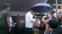 Jokowi meninjau Mekaar Binaan PNM milik BUMN PT Permodalan Nasional Madani (Persero) di Lapangan Sepakbola Gongseng, Kecamatan Ciracas, Jakarta Timur. (Merdeka.com)