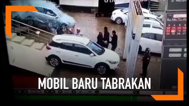 Seorang wanita yang belum terlalu bisa menyetir secara tak sengaja menabrakkan mobil baru ke jendela showroom.