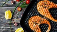 Ingin membuat menu praktis namun tetap sehat di hari Natal? Yuk intip resep ikan salmon panggang berikut ini. (Foto: Istockphoto)