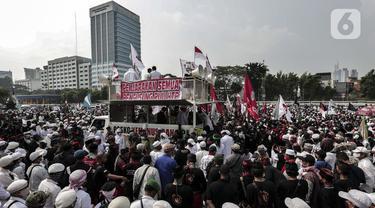 Massa dari sejumlah ormas melakukan demonstrasi di depan Gedung MPR/DPR/DPD, Jakarta, Rabu (24/6/2020). Dalam aksinya mereka menuntut Rancangan Undang-undang (RUU) Haluan Ideologi Pancasila (HIP) ditarik dari Program Legislasi Nasional (Prolegnas). (Liputan6.com/Johan Tallo)