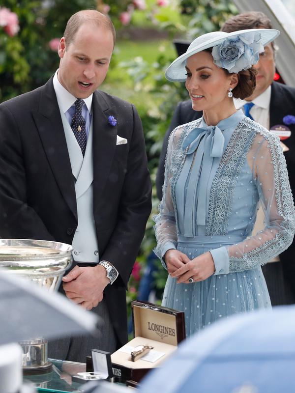 Duchess of Cambridge Kate Middleton bersama suaminya Duke of Cambridge Pangeran William melihat piala saat menghadiri ajang pacuan kuda Royal Ascot di Ascot, Inggris, Selasa (18/6/2019). (AP Photo/Alastair Grant)