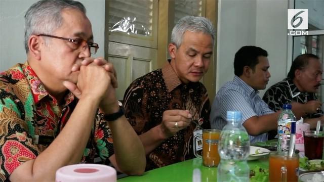 Ganjar Pranowo kembali bekerja usai dilantik menjadi Gubernur Jawa Tengah. Ia menyempatkan waktu makan sate di belakang kantor Gubernur Jawa Tengah.