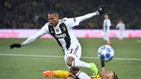 Bek Juventus  Alex Sandro gagal melewati hadangan pemain Young Boys pada laga lanjutan Liga Champions yang berlangsung di stadion Stade de Suisse, Swiss, Kamis (13/12). Juventus kalah 1-2 atas Young Boys. (AFP/Fabrice Coffrini)
