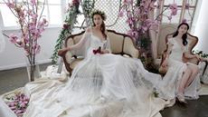 Model berpose mengenakan gaun pengantin karya Marchesa yang ditampilkan dalam Bridal Fashion Week di New York (20/4). Dalam acara ini sejumlah perancang dunia ikut memamerkan koleksi busana musim semi 2018. (AP Photo/Richard Drew)