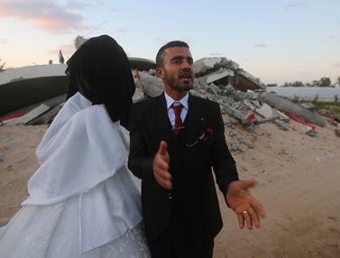 Warga Palestina Gelar Pernikahan di Reruntuhan Rumahnya