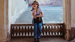 Seperti ini misalnya, gaya Niki memang kasual. Namun coba lihat looknya, mulai dari kaus putih, celana jeans, topi, sepatu serta tass yang dijinjingnya. Cukup mewah kan? (Instagram/nikitawillyofficial94)