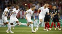 Gelandang Inggris, Kieran Trippier, melakukan selebrasi usai mencetak gol ke gawang Kroasia pada laga semifinal Piala Dunia di Stadion Luzhniki, Rabu (11/7/2018). Kroasia menang 2-1 atas Inggris. (AP/Francisco Seco)